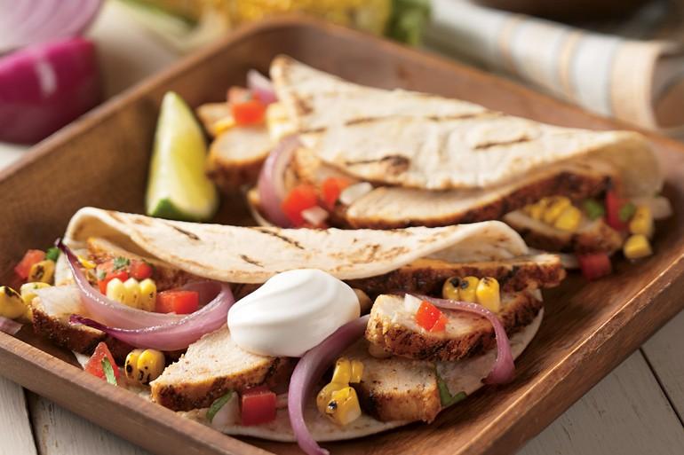 Tacos de pollo a la plancha con verduras y crema agria